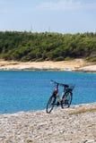 Fiets op steenachtig strand, Kamenjak-schiereiland, Adriatische Overzees, Premantura, Kroatië royalty-vrije stock foto's