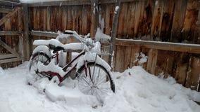 Fiets in sneeuw Stock Fotografie