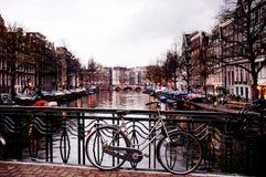 Fiets tegen een Brug door het Vallen van de avond, Amsterdam royalty-vrije stock fotografie