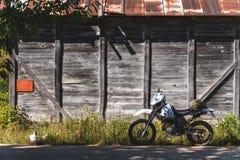 Fiets uitstekende achtergrond houten van weg retro enduro royalty-vrije stock afbeelding