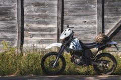 Fiets uitstekende achtergrond houten van weg retro enduro stock afbeelding