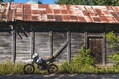 Fiets uitstekende achtergrond houten van weg retro enduro stock fotografie