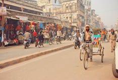 Fiets van de mensen de drijfriksja op bezige weg met vele opslag Stock Foto