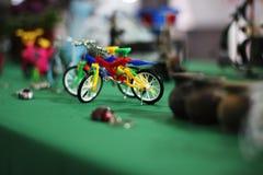 Fiets van stuk speelgoed stock foto