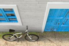 Fiets voor Retro Uitstekende Europese Woningbouw, Smalle Straatscène wordt geparkeerd die het 3d teruggeven royalty-vrije illustratie