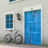 Fiets voor Retro Uitstekende Europese Woningbouw, Smalle Straatscène wordt geparkeerd die het 3d teruggeven vector illustratie