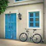 Fiets voor Retro Uitstekende Europese Woningbouw, Smalle Straatscène wordt geparkeerd die het 3d teruggeven stock illustratie