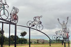 Fietsbeeldhouwwerk aan de kant van de weg Royalty-vrije Stock Foto
