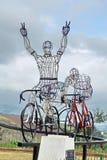 Fietsbeeldhouwwerk aan de kant van de weg Royalty-vrije Stock Afbeelding