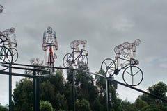 Fietsbeeldhouwwerk in silhouet aan de kant van de weg Royalty-vrije Stock Foto