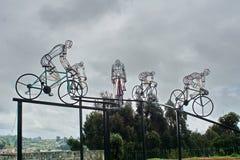 Fietsbeeldhouwwerk in silhouet aan de kant van de weg Royalty-vrije Stock Foto's