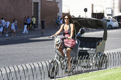 Fietsblokkenwagen met vrouw Stock Foto