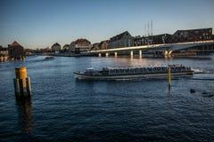 Fietsbrug en een toeristenboot in de haven van Kopenhagen denemarken stock foto's