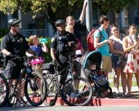 Fietscops bij de dagparade van UC Davis Picnic stock fotografie