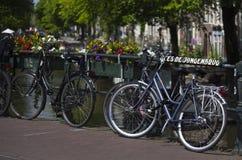 Fietsen aan Kees De Jongenbrug, Amsterdam, Nederland worden geketend dat Royalty-vrije Stock Foto's
