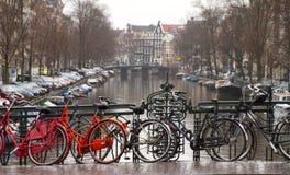 Fietsen in Amsterdam stock afbeelding
