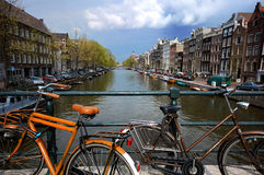 Fietsen in Amsterdam stock foto