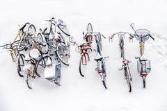 Fietsen in de sneeuw - fietsen de witte winter als achtergrond boven mening Royalty-vrije Stock Foto's