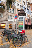 Fietsen dichtbij Hundertwasser-huis, Wenen Stock Afbeelding