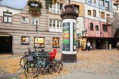Fietsen dichtbij Hundertwasser-huis worden geparkeerd dat Royalty-vrije Stock Foto