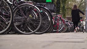 Fietsen die in Amsterdam parkeren stock video