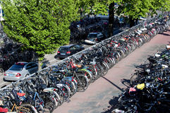 Fietsen die in Amsterdam parkeren Stock Fotografie