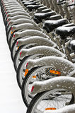 Fietsen die door sneeuw worden behandeld Stock Fotografie