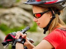 Fietsen die meisje cirkelen Het horloge van het fietsermeisje op slim horloge royalty-vrije stock afbeelding