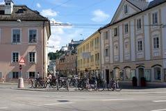 Fietsen die op de straten van Salzburg, Oostenrijk parkeren Stock Foto