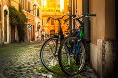Fietsen in een kleine straat in het centrum van Rome stock foto's