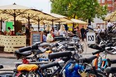 Fietsen in een Nederlands centrumcentrum van de binnenstad royalty-vrije stock afbeeldingen