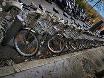 Fietsen in een rij, een openbare fiets die systeem in Parijs delen Royalty-vrije Stock Foto