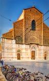 Fietsen en kathedraal van Bologna in Italië Stock Foto's