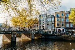 Fietsen en Nederlandse Huizen op het Kanaal van Amsterdam in de Herfst Stock Afbeeldingen