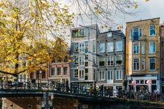 Fietsen en Nederlandse Huizen op het Kanaal van Amsterdam in de Herfst Stock Foto's