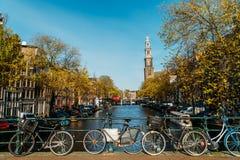 Fietsen en Nederlandse Huizen op het Kanaal van Amsterdam in de Herfst Stock Afbeelding