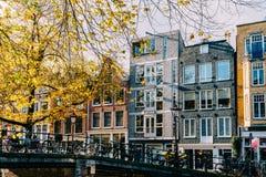 Fietsen en Nederlandse Huizen op het Kanaal van Amsterdam in de Herfst Royalty-vrije Stock Afbeelding