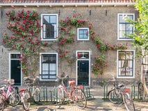 Fietsen en oud huis in Gouda, Holland Stock Foto's