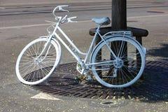 Fietsen geparkeerde kant van de weg Stock Foto
