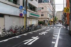 Fietsen langs de muur en het personenvervoer zijn fiets worden geparkeerd die royalty-vrije stock afbeeldingen