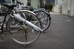 Fietsen langs de straat in Tokyo, Japan worden geparkeerd dat stock afbeelding