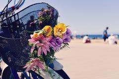 Fietsen met bloemen in Barcelona spanje royalty-vrije stock foto