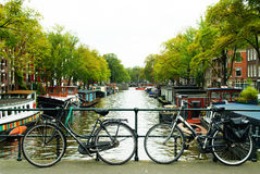 Fietsen op brug in Amsterdam Royalty-vrije Stock Foto