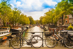 Fietsen op de brug in Amsterdam Stock Foto's