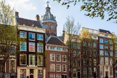 Fietsen op de straat in Amsterdam, Nederland royalty-vrije stock foto