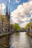 Fietsen op de straat in Amsterdam, Nederland stock fotografie