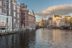 Fietsen op de straat in Amsterdam, Nederland stock foto