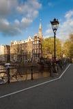 Fietsen op de straat in Amsterdam, Nederland stock foto's