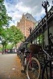 Fietsen op de straat van Amsterdam Royalty-vrije Stock Foto's