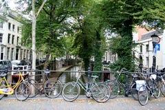 fietsen op een brug worden geparkeerd die royalty-vrije stock afbeelding